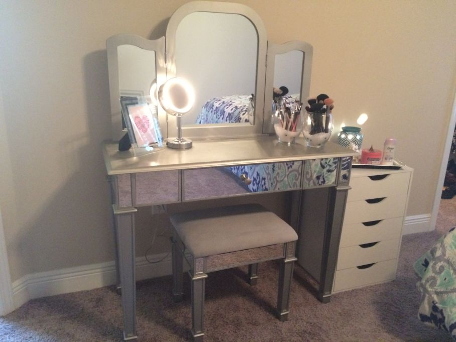 Image of: Makeup Vanity Table With Lighted Mirror Corner