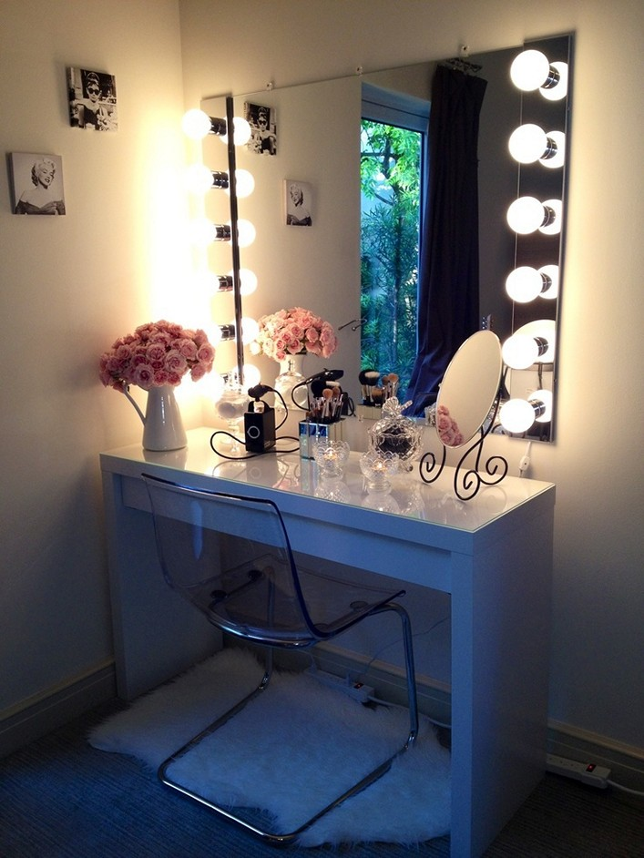 Image of: Nice Bedroom Makeup Vanity With Lights