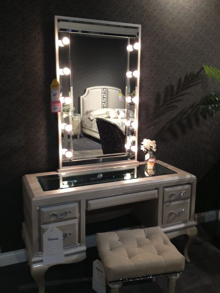 Image of: Small Bedroom Makeup Vanity With Lights