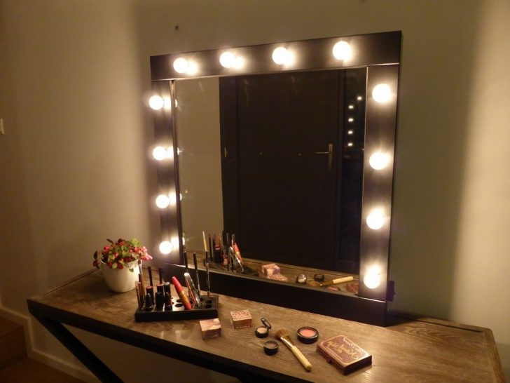 Image of: Traditional Bedroom Makeup Vanity With Lights