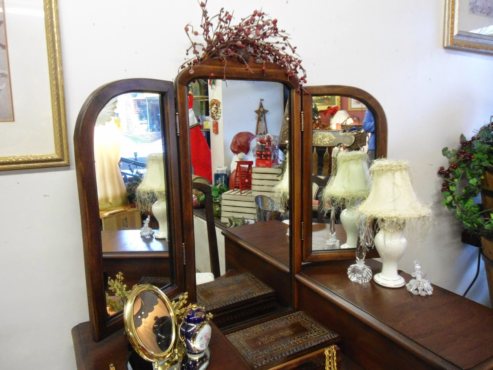 Picture of: Tri Fold Vanity Mirror Ideas
