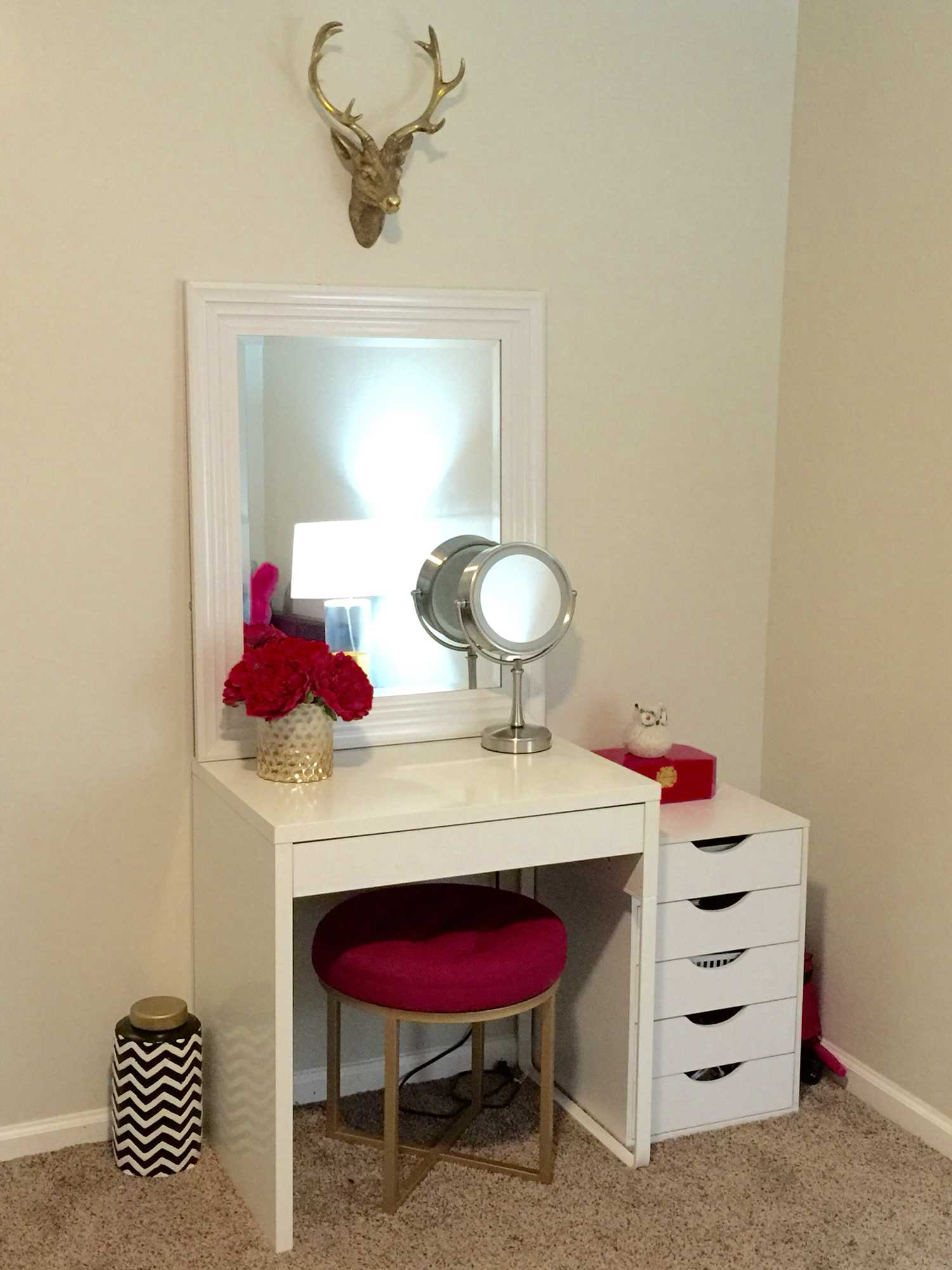 Image of: Vanity Ideas for Small Bedroom Mirror