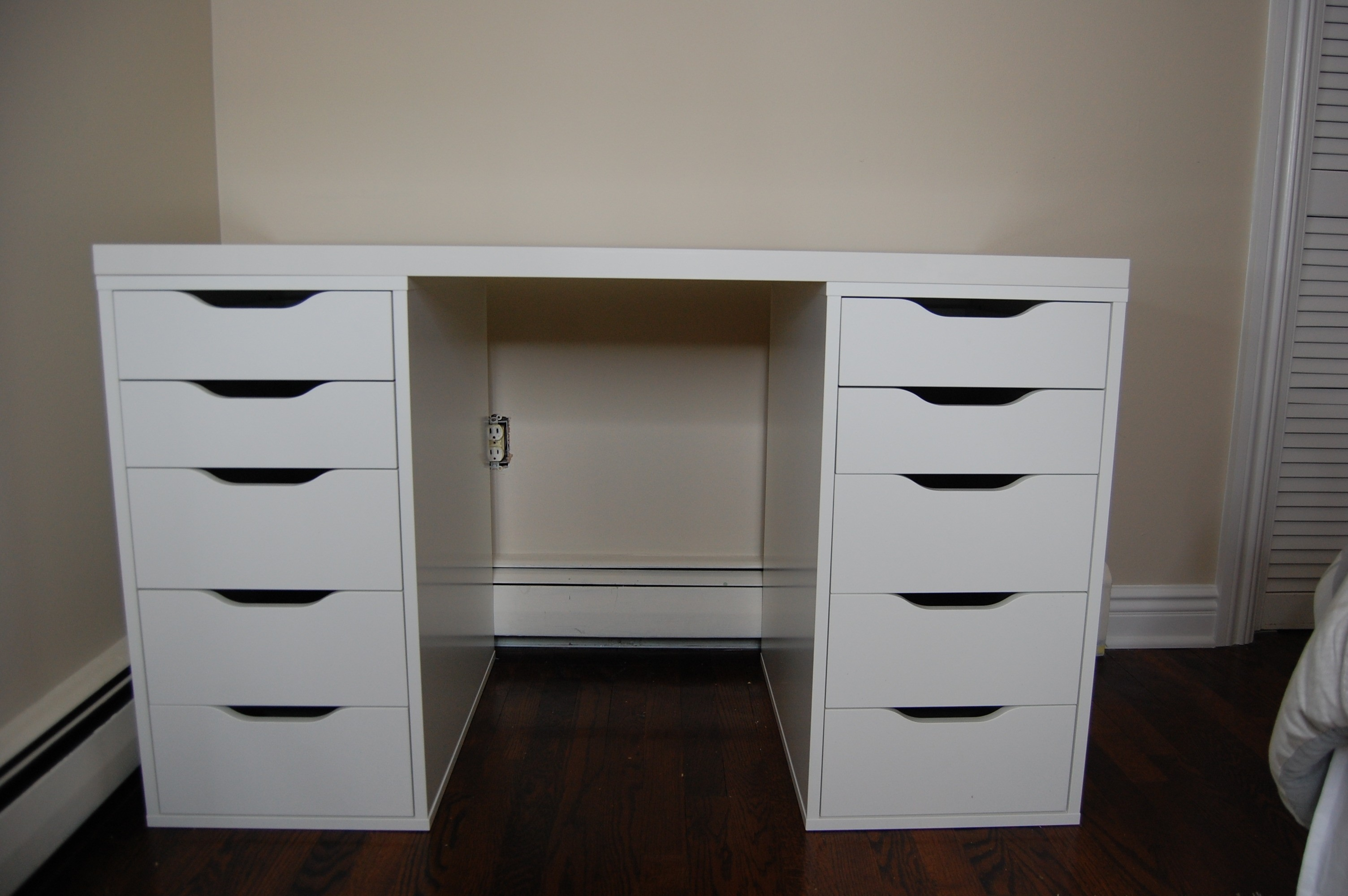 Image of: White Corner Bedroom Vanity